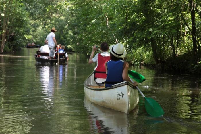 Balade en barque ou en canoë le long des canaux de la venise verte