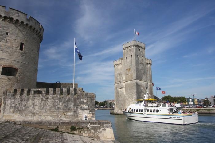 Les 2 tours entrée du port et de la ville par bateau