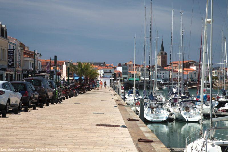 Le long des quais et du port des Sables d'Olonne des restaurants