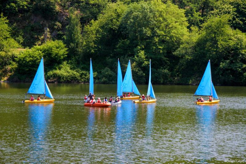 Pratique de sports nautiques sur le lac de retenue de Mervent