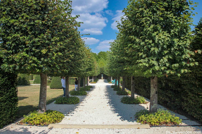 Un beau parc et des allées camping proche des jardins de william christie